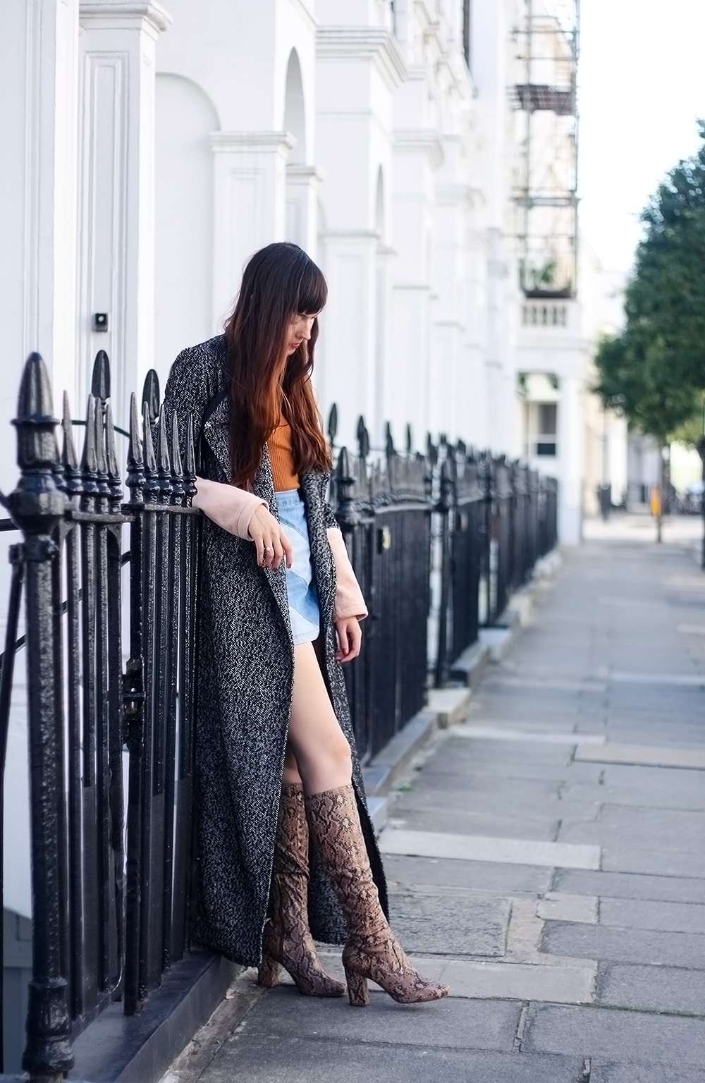 I like a girl with short skirt and long jacket | Global trend ...